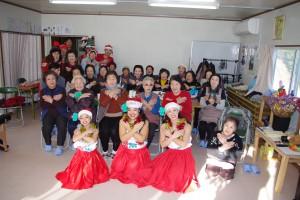 【大船渡中仮設でハワイアンムードいっぱいのクリスマスパーティに思わず笑顔があふれます。】