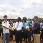 サッカーボールの寄贈(ウガンダ)
