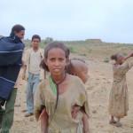 赤ちゃんを背負う女の子(エチオピア)