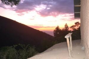 「朝焼け:崖のふちに立つEstherさんの家】