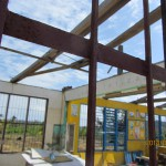 台風被害を受け屋根のない小学校