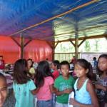 完成した仮設教室で学ぶ子どもたち