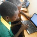 パソコンを触る生徒