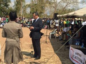 挨拶される駐マラウイ日本大使・西岡周一郎閣下