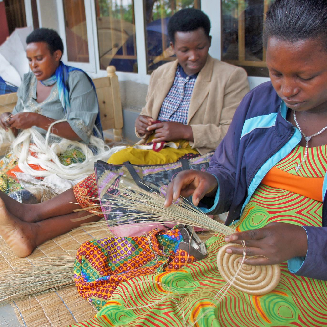 籠を編む女性たち