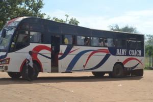 国境から難民を運ぶバス
