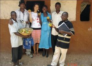 MaryGloria(右から3人目)と家族(2010年)