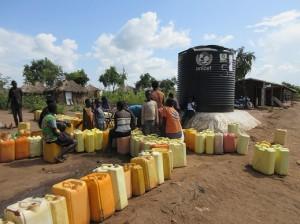 給水を待つポリ容器の列