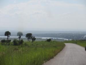 道路に沿ってナイル川が流れる(ユンベ~カンパラ間)