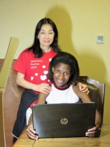 Marygloriaさんと理事長・鈴木りえこ ノートパソコンを寄贈した際の記念撮影
