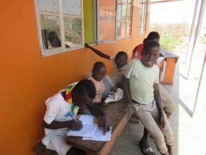 長期休み中にも関わらず、学校にきて勉強する児童
