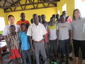 難民居住区の小学校の先生・児童と駐在員礒部・片野田