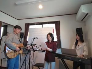 作詞した歌を歌っている様子(左が桑山先生、中央がMPJ理事長・鈴木、右は石橋優子さん)