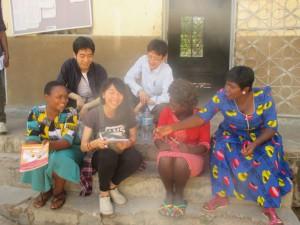 先生たちとスワヒリ語で会話する様子