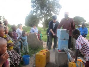 井戸で水汲み体験をしている様子