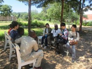 ヘルスセンターにて農民へインタビューしている様子
