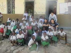 教室の外で、子ども達と。
