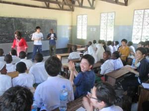 子ども達に交じってスワヒリ語で授業に参加