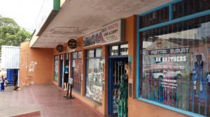 女性用の洋服店や化粧品店、美容院などが並ぶ、ブランタイヤのファッションストリート