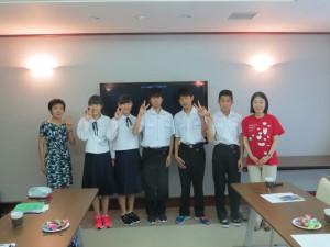 正和中学校の学生さんと奥薗(左)と鈴木(右)