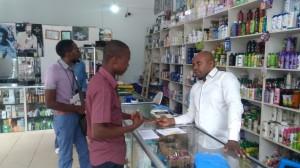 化粧品店のオーナーにバオバブオイルの効果を説明する組合メンバー