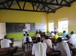 教員向けセミナーでMPJの活動を説明する駐在員・片野田