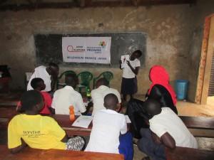 MPJスタッフと友達の前でトラウマ体験を語る児童