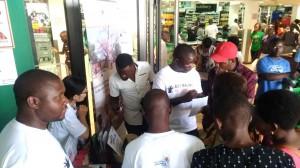 スタッフもお揃いの「Buy Malawi, Buy Baobab」Tシャツで商品の説明をしていきます。