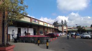 大きなスーパーマーケットやセレクトショップが立ち並ぶChichiri Shopping Center