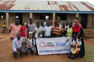 ワークショップに参加した子ども達、MPJウガンダ現地スタッフ、心理社会的ケア専門家・桑山紀彦医師(右後)、MPJ理事長・鈴木りえこ(左後)、ウガンダ駐在員・片野田義人(左前)