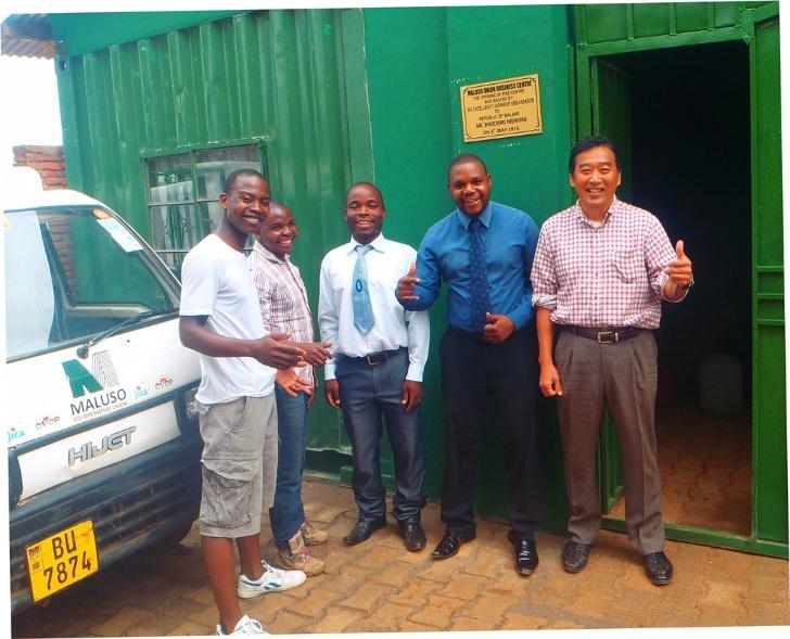 マラウイで活動時代の岡田さん(右)、支援していたMaluso Cooperative Unionのスタッフたちと