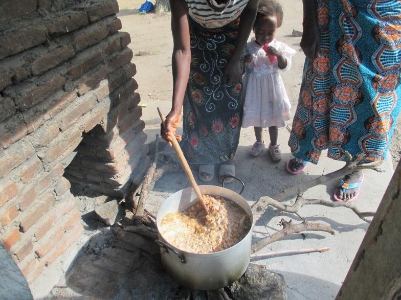 バオバブジュースを作る村のお母さんたち